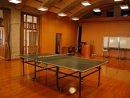 卓球台とラケットなどの貸出しも行っています。フロントへご連絡くださいませ。