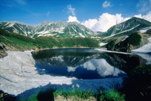 【みくりが池】紺碧の水面に映る山々の美しさが人気のスポット。
